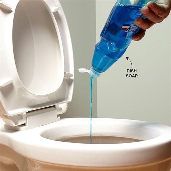 Ai ngờ chỉ vài giọt nước rửa bát cũng có thể thông bồn cầu 'sạch trơn' trong vài phút Ảnh 2