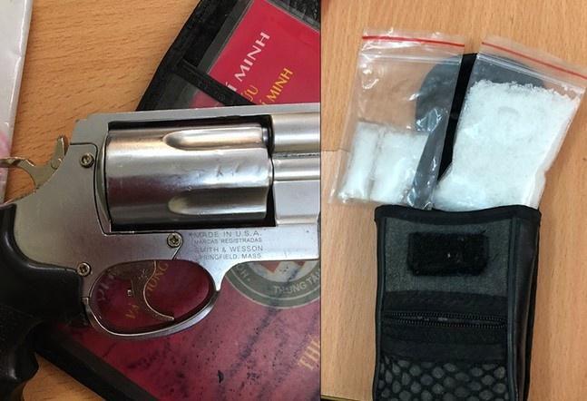Mang theo súng đi bán ma túy ở TP.HCM Ảnh 1