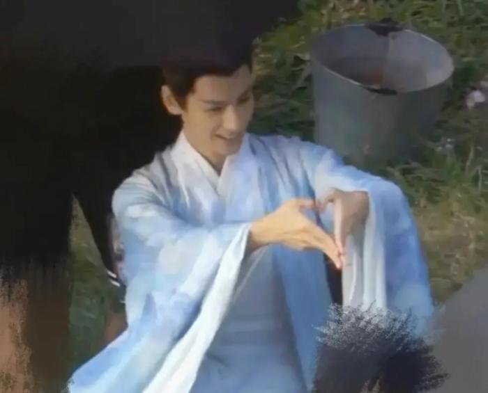 La Vân Hi và Trần Phi Vũ khiến fan bấn loạn vì quá đỗi ngọt ngào trên phim trường Hạo y hành Ảnh 3