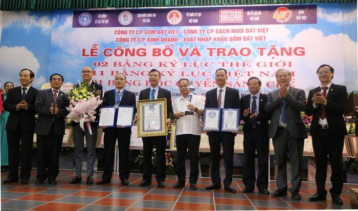 Lần đầu tiên một đơn vị gốm Việt lập cú đúp Kỷ lục Thế giới Ảnh 2