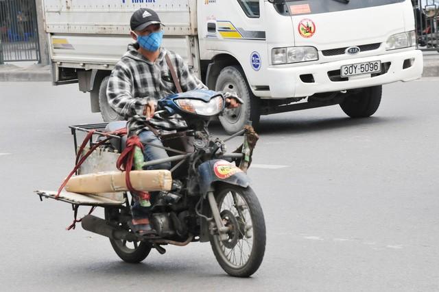 Cận cảnh những chiếc xe máy cũ nát đến mức không thể nát hơn trên mọi ngả đường của Hà Nội Ảnh 10