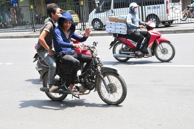 Cận cảnh những chiếc xe máy cũ nát đến mức không thể nát hơn trên mọi ngả đường của Hà Nội Ảnh 1