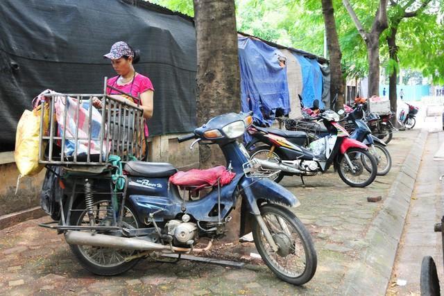 Cận cảnh những chiếc xe máy cũ nát đến mức không thể nát hơn trên mọi ngả đường của Hà Nội Ảnh 11