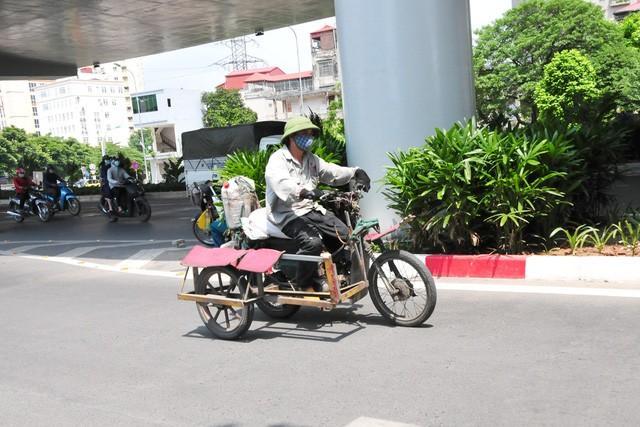 Cận cảnh những chiếc xe máy cũ nát đến mức không thể nát hơn trên mọi ngả đường của Hà Nội Ảnh 2