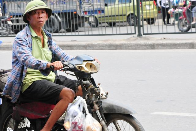Cận cảnh những chiếc xe máy cũ nát đến mức không thể nát hơn trên mọi ngả đường của Hà Nội Ảnh 8