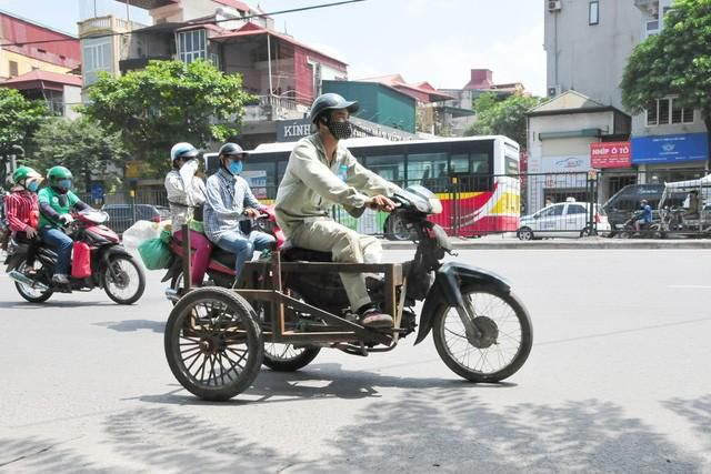 Cận cảnh những chiếc xe máy cũ nát đến mức không thể nát hơn trên mọi ngả đường của Hà Nội Ảnh 6