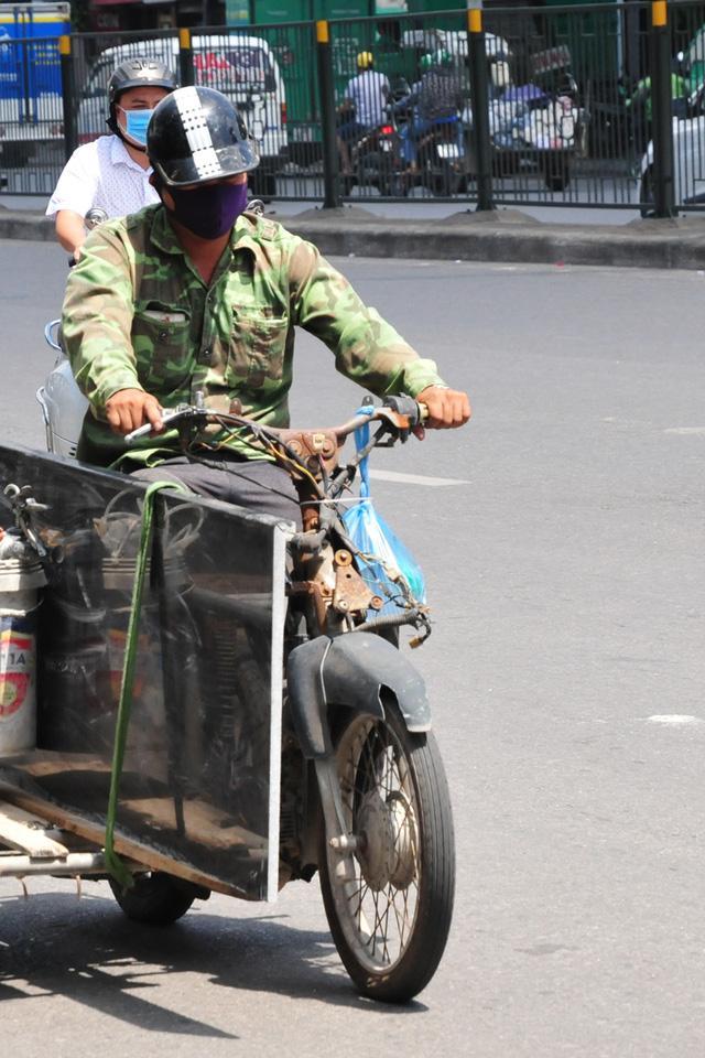 Cận cảnh những chiếc xe máy cũ nát đến mức không thể nát hơn trên mọi ngả đường của Hà Nội Ảnh 5