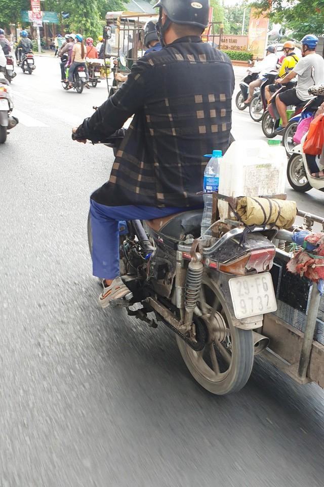 Cận cảnh những chiếc xe máy cũ nát đến mức không thể nát hơn trên mọi ngả đường của Hà Nội Ảnh 4