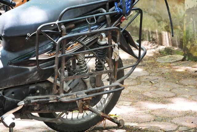 Cận cảnh những chiếc xe máy cũ nát đến mức không thể nát hơn trên mọi ngả đường của Hà Nội Ảnh 9