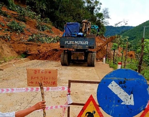 Quảng Nam: Huyện miền núi Tây Giang xảy ra sạt lở do mưa lớn Ảnh 1