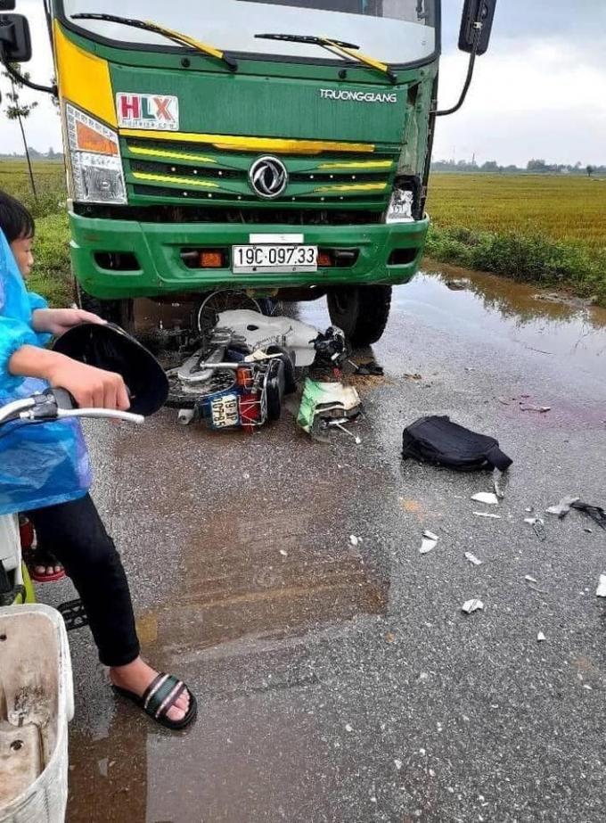 Xe máy đấu đầu xe ben, 2 thanh niên ở Phú Thọ thương vong Ảnh 1