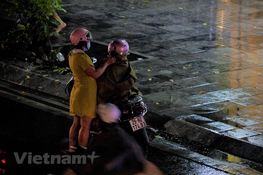 Đường phố Hà Nội tắc cứng trong cơn mưa chiều 22/9 Ảnh 5