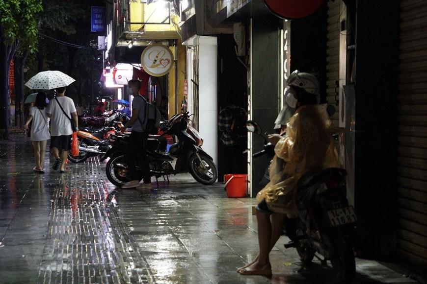 Đường phố Hà Nội tắc cứng trong cơn mưa chiều 22/9 Ảnh 6