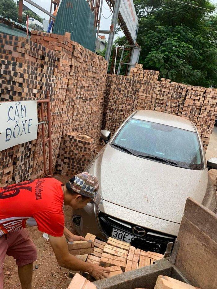 Đỗ xe gần đống gạch, tài xế Mazda méo mặt chứng kiến cảnh tượng éo le khi trở lại Ảnh 1