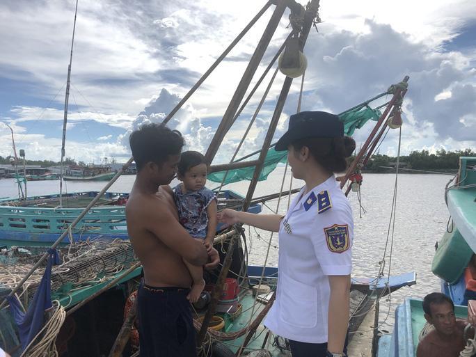 Trao 2.000 lá cờ Tổ quốc cho ngư dân huyện An Minh Ảnh 11