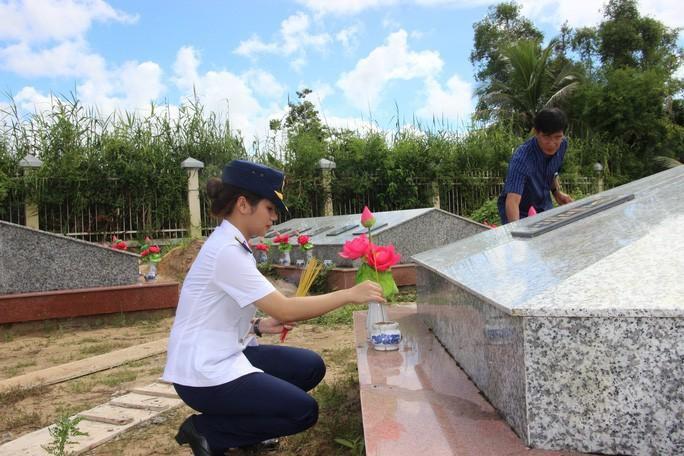 Trao 2.000 lá cờ Tổ quốc cho ngư dân huyện An Minh Ảnh 13