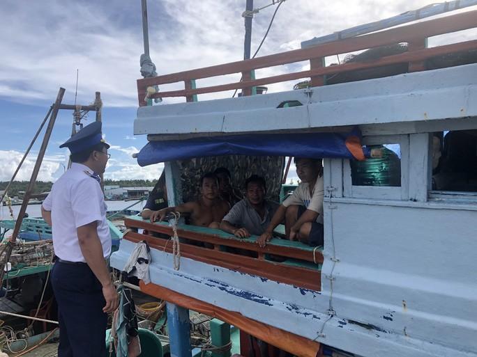 Trao 2.000 lá cờ Tổ quốc cho ngư dân huyện An Minh Ảnh 10
