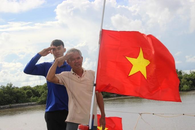 Trao 2.000 lá cờ Tổ quốc cho ngư dân huyện An Minh Ảnh 7