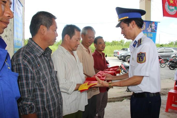 Trao 2.000 lá cờ Tổ quốc cho ngư dân huyện An Minh Ảnh 2