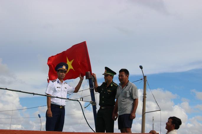 Trao 2.000 lá cờ Tổ quốc cho ngư dân huyện An Minh Ảnh 3