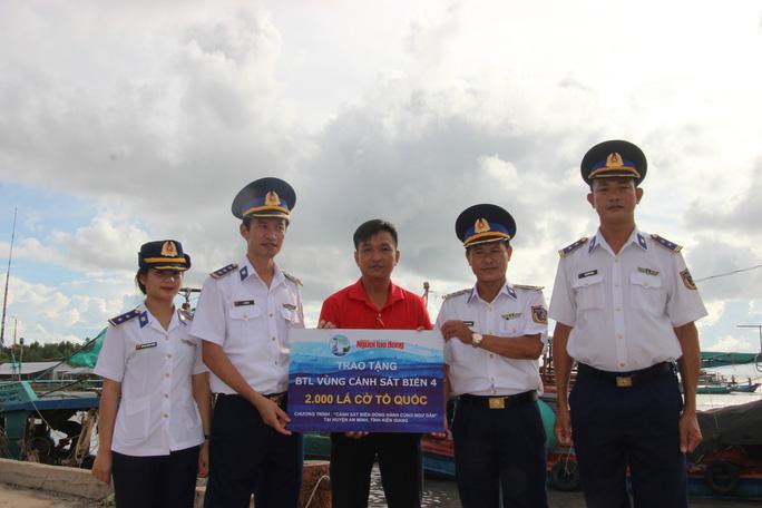 Trao 2.000 lá cờ Tổ quốc cho ngư dân huyện An Minh Ảnh 1