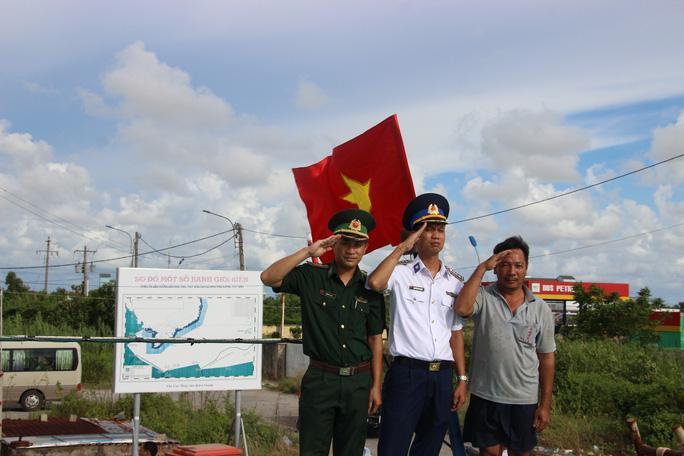 Trao 2.000 lá cờ Tổ quốc cho ngư dân huyện An Minh Ảnh 4