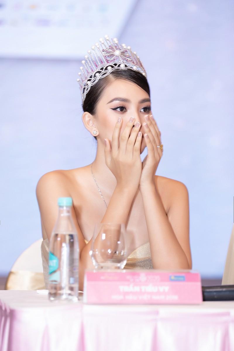 Tiểu Vy bật khóc nhìn lại hành trình 2 năm đăng quang Hoa hậu Ảnh 3