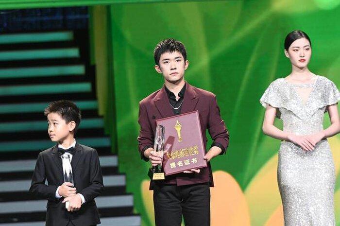 Buổi tuyên dương đề cử của giải Kim Kê Bách Hoa: Dịch Dương Thiên Tỉ cạnh tranh với đàn anh, Dương Tử xinh đẹp rạng ngời Ảnh 3