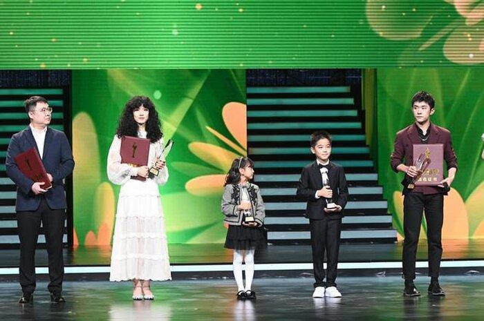 Buổi tuyên dương đề cử của giải Kim Kê Bách Hoa: Dịch Dương Thiên Tỉ cạnh tranh với đàn anh, Dương Tử xinh đẹp rạng ngời Ảnh 5