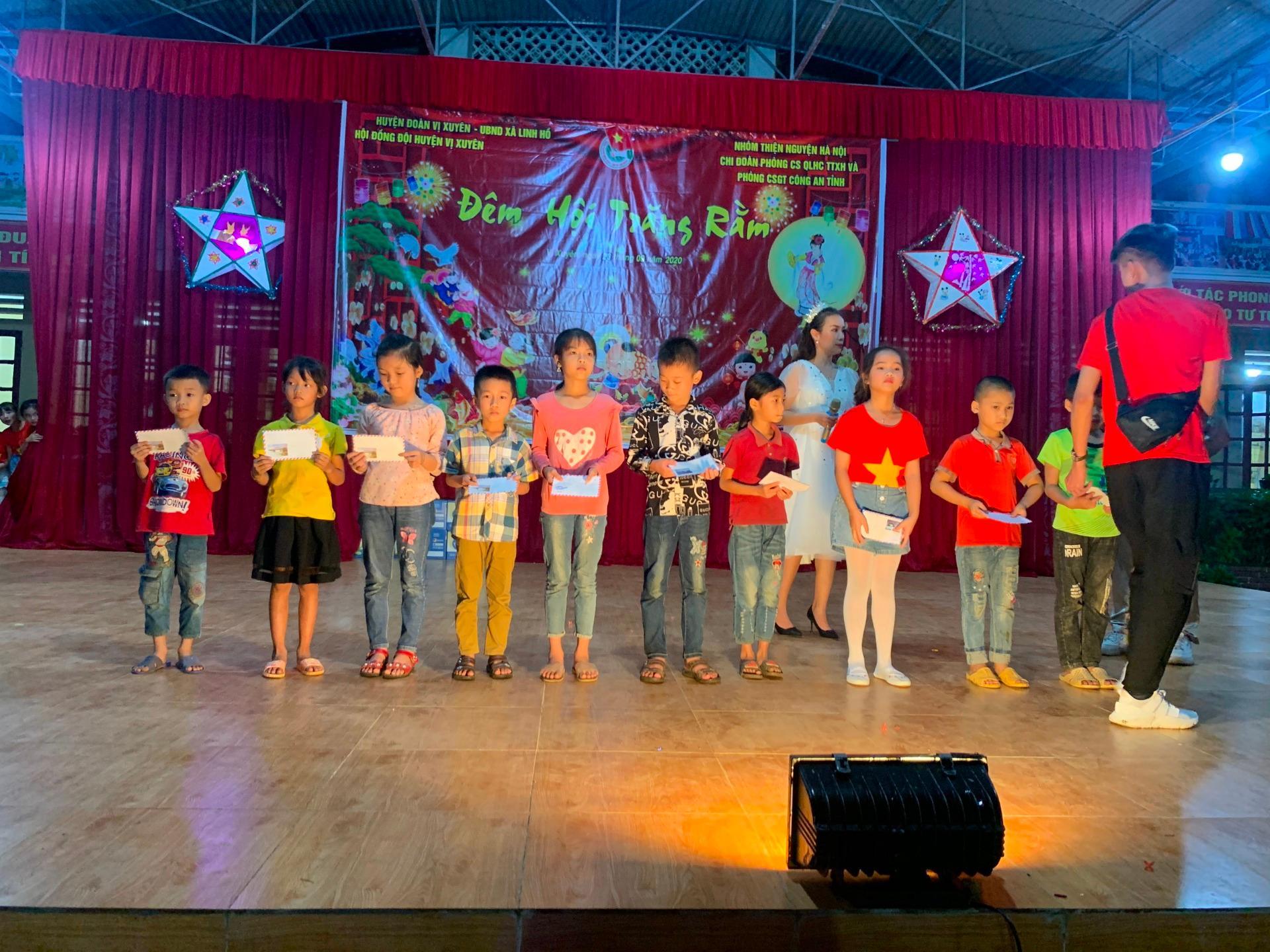 'Trăng sáng cho em' đến sớm với trẻ em Hà Giang Ảnh 2