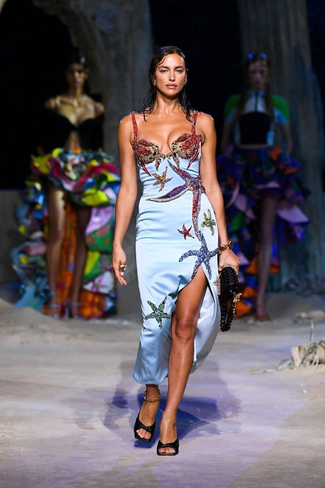 Irina Shayk diện váy xẻ sâu trên sàn catwalk Ảnh 1