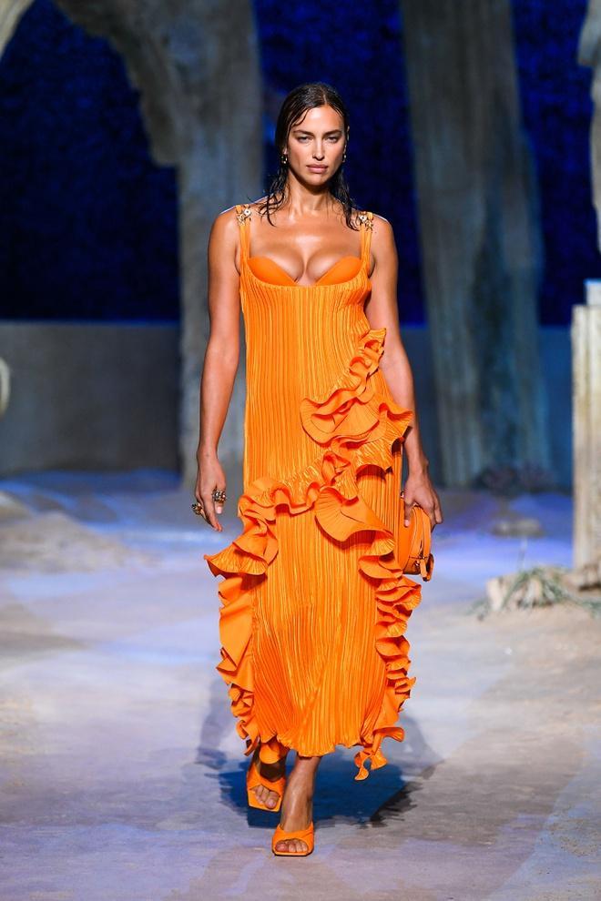 Irina Shayk diện váy xẻ sâu trên sàn catwalk Ảnh 2