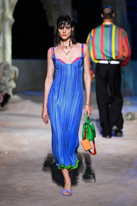 Irina Shayk diện váy xẻ sâu trên sàn catwalk Ảnh 5