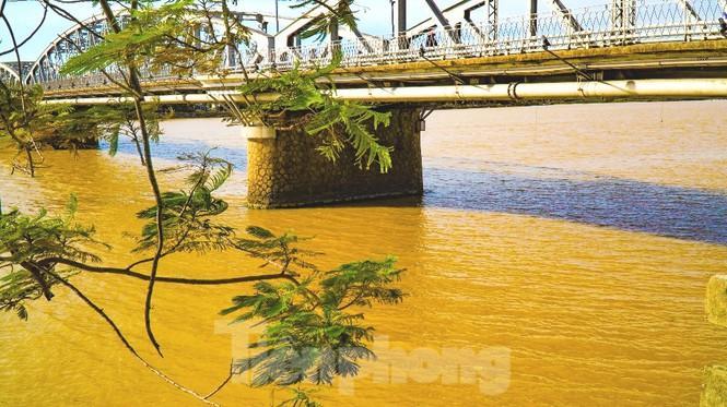 Sông Hương bất ngờ đổi màu khác thường nhiều ngày Ảnh 13