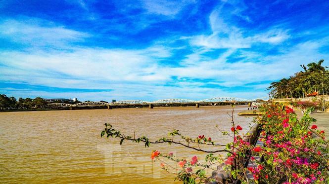 Sông Hương bất ngờ đổi màu khác thường nhiều ngày Ảnh 10