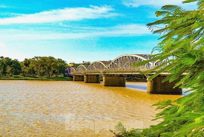 Sông Hương bất ngờ đổi màu khác thường nhiều ngày Ảnh 1