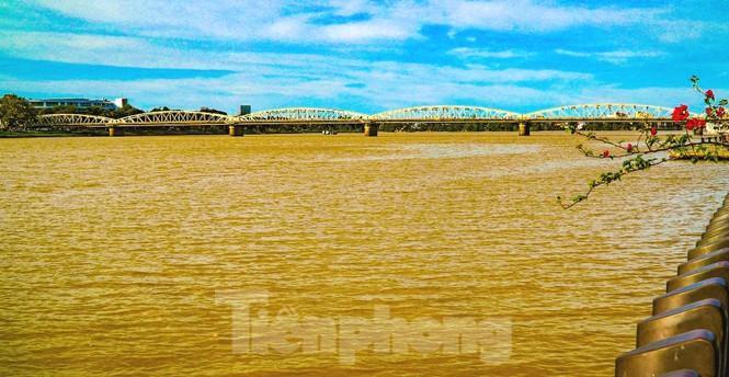 Sông Hương bất ngờ đổi màu khác thường nhiều ngày Ảnh 4