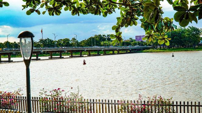 Sông Hương bất ngờ đổi màu khác thường nhiều ngày Ảnh 5