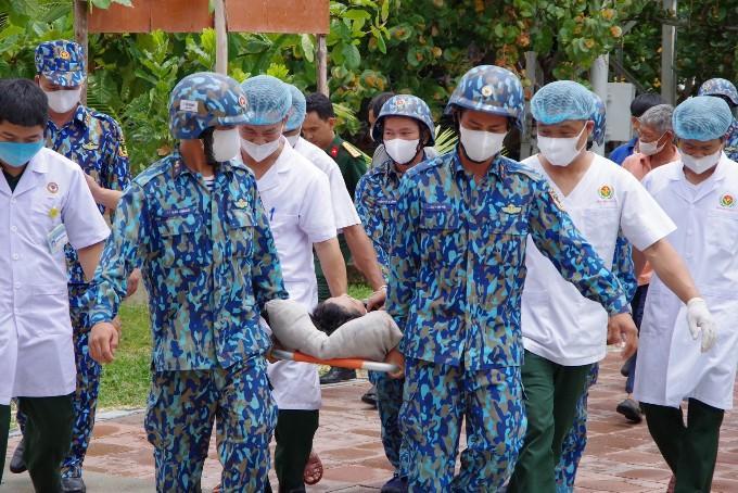 Dùng máy bay trực thăng đưa ngư dân bị nạn từ Trường Sa vào đất liền chữa trị Ảnh 1