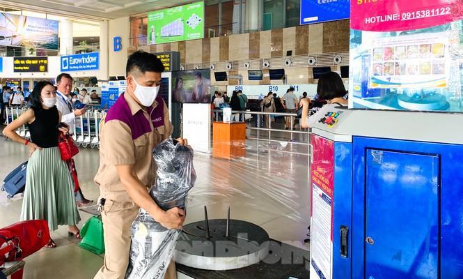 Sân bay Nội Bài sôi động trở lại sau kỳ nghỉ 'COVID -19' Ảnh 7