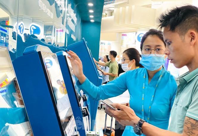 Sân bay Nội Bài sôi động trở lại sau kỳ nghỉ 'COVID -19' Ảnh 4