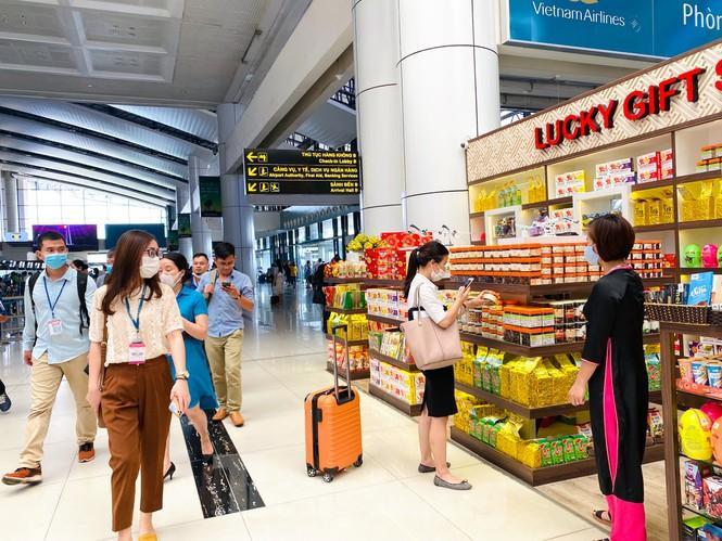 Sân bay Nội Bài sôi động trở lại sau kỳ nghỉ 'COVID -19' Ảnh 9