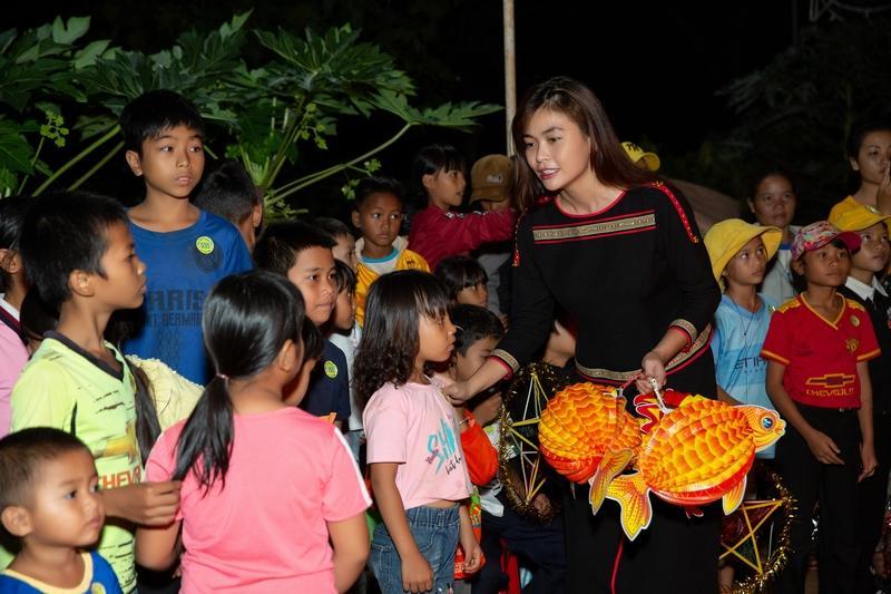Hoa hậu H'Hen Niê tặng 500 phần quà cho trẻ em buôn làng dịp trung Thu Ảnh 2