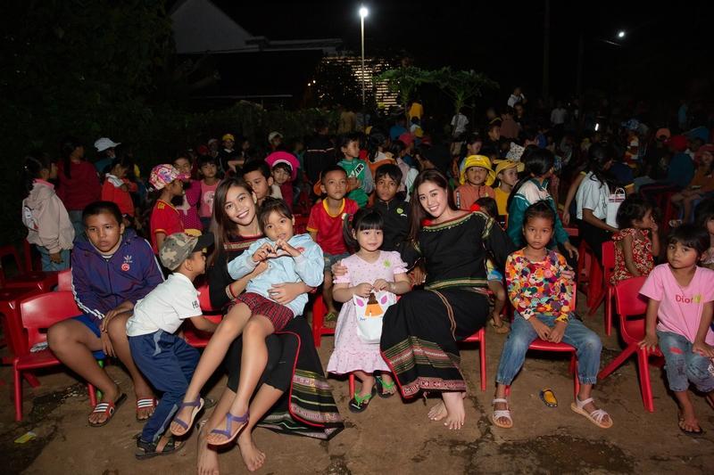 Hoa hậu H'Hen Niê tặng 500 phần quà cho trẻ em buôn làng dịp trung Thu Ảnh 1