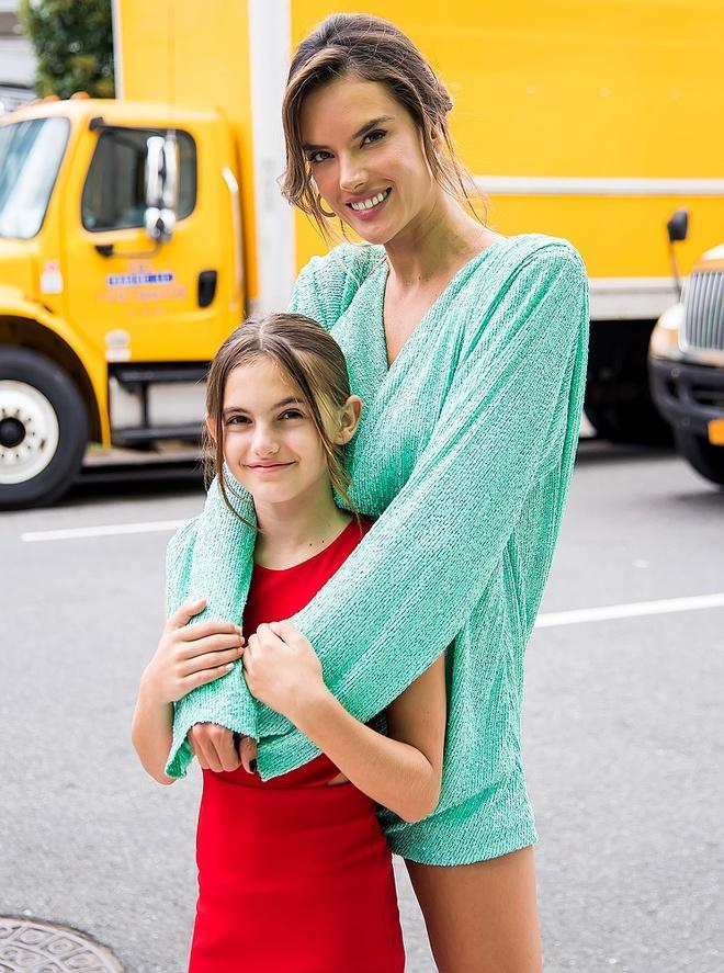 Con gái thiên thần nội y thích mặc đồ màu sắc Ảnh 8