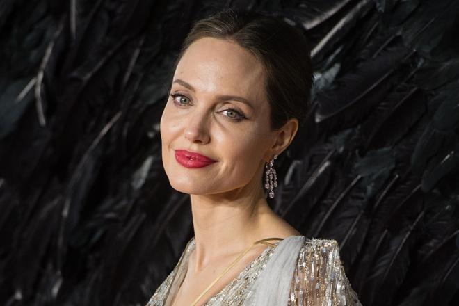Dân tình đang náo loạn vì bộ ảnh Angelina Jolie ở thời kỳ đẹp nhất: Mặt như tạc, body 'ngộp thở', bảo sao Brad Pitt mê mệt Ảnh 6