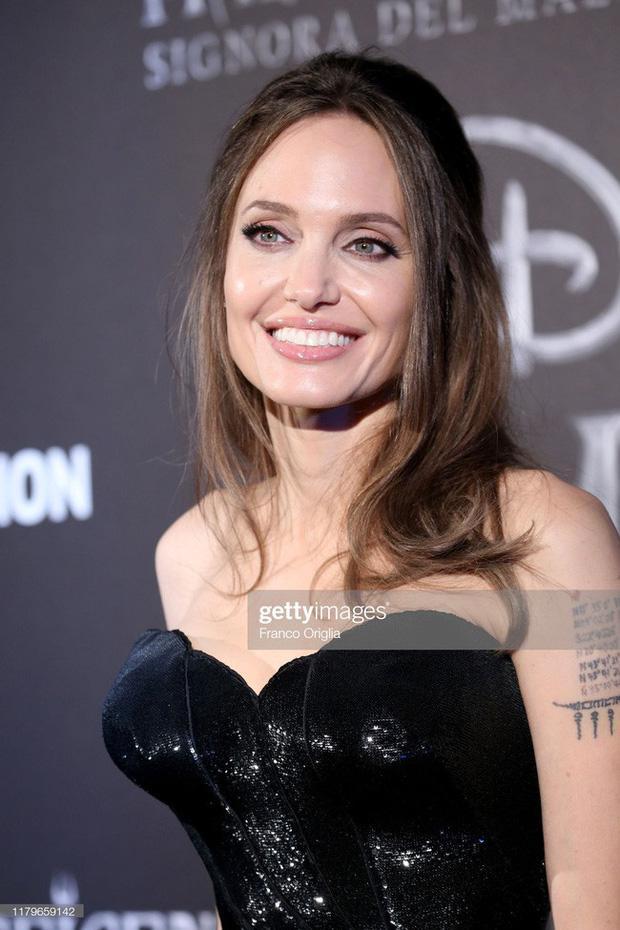 Dân tình đang náo loạn vì bộ ảnh Angelina Jolie ở thời kỳ đẹp nhất: Mặt như tạc, body 'ngộp thở', bảo sao Brad Pitt mê mệt Ảnh 5