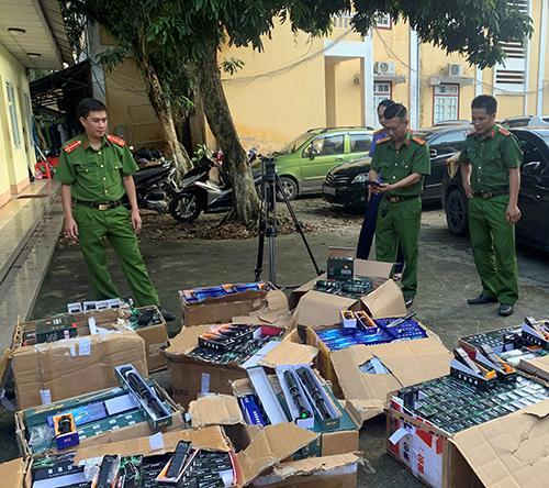 Tuồn lậu hơn 1.300 công cụ hỗ trợ qua biên giới Ảnh 1