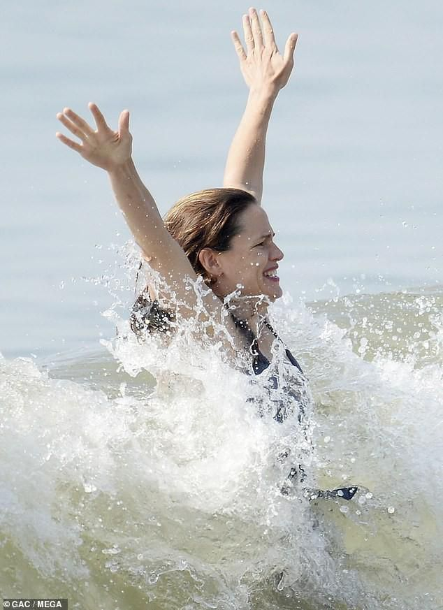 Jennifer Garner diện áo tắm thả dáng cực sexy ở tuổi U50 Ảnh 2