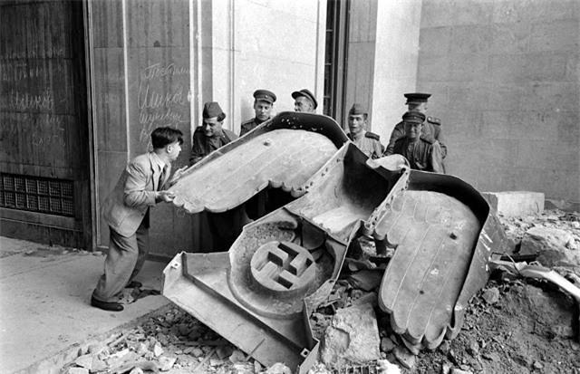 'Ám ảnh' cảnh tượng bên trong boongke của Hitler và Berlin hoang tàn Ảnh 15